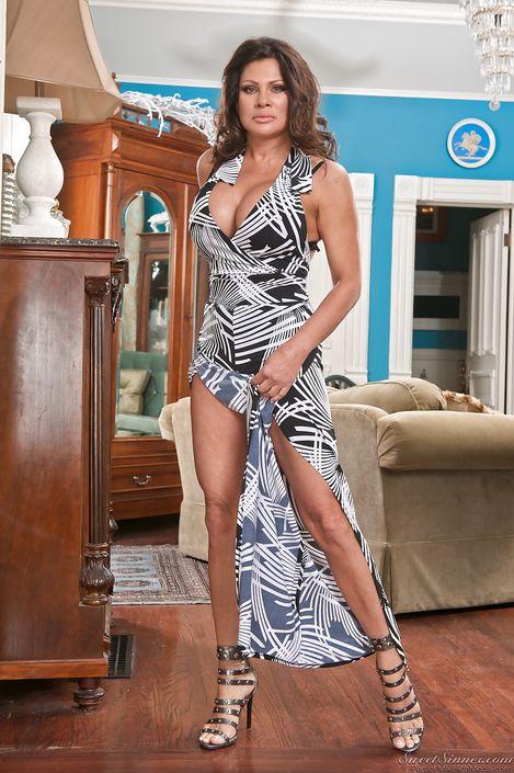 Взрослая женщина демонстрирует свои милые ноги на высоких каблуках
